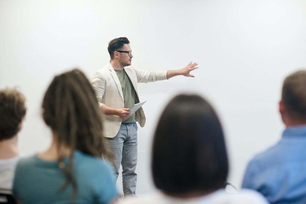 Mann hält einen Vortrag vor einer Gruppe von Leuten